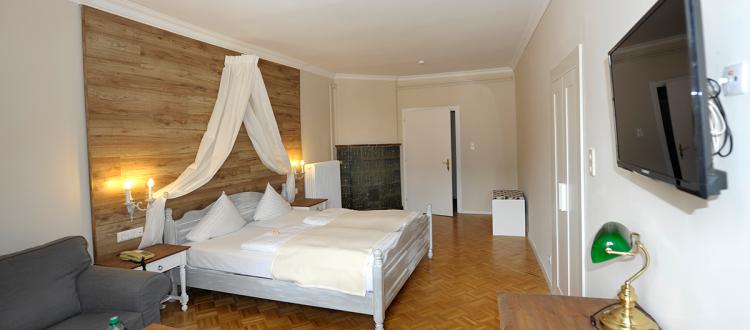 Junior Suite: schönes modernes Hotelbett, großzügiger Platz