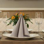 Festlich gedeckte Tische