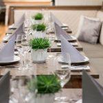 Dinieren: festlich gedeckter Tisch
